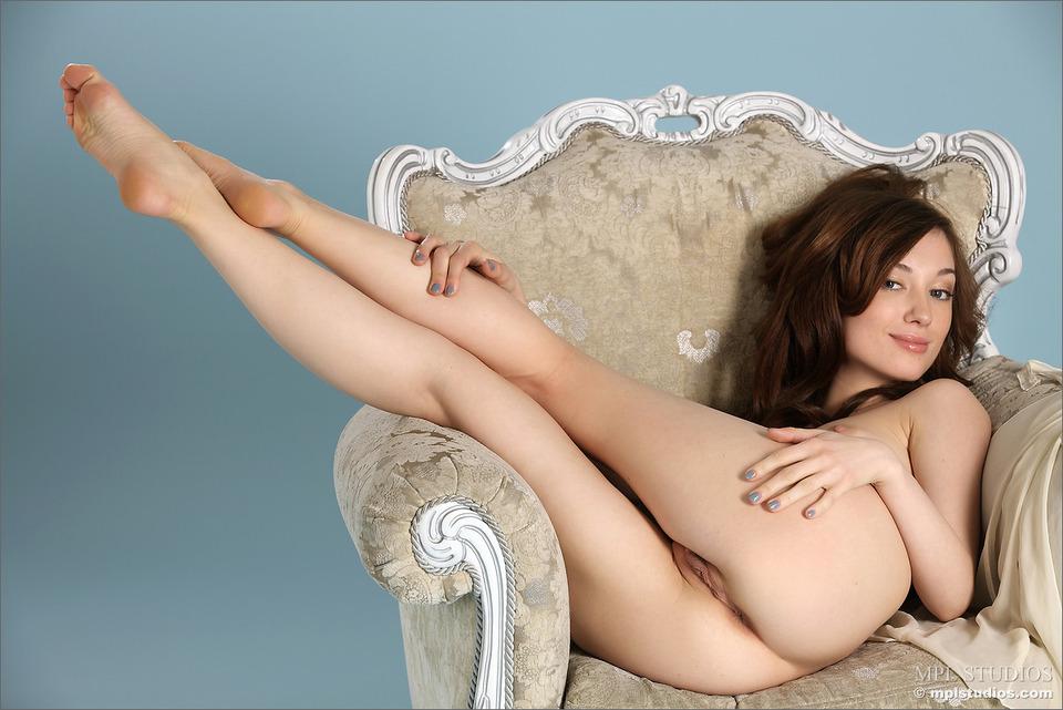 фото голой женщины в кресле